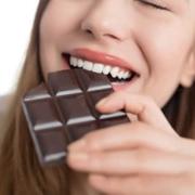 Il cioccolato fondente fa bene ai denti